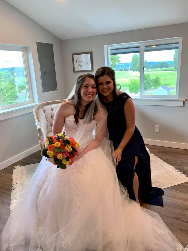 bride with bouquet and mom in the bridal suite at pemberton farm weddings in snohomish wa