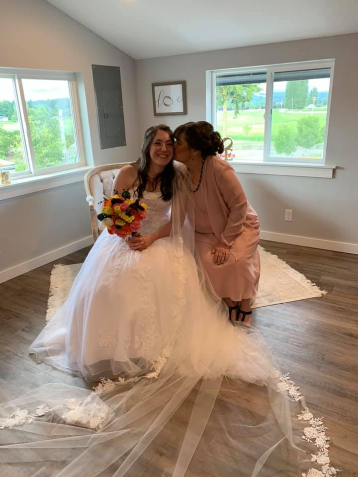bride and her mom in the bridal suite at pemberton farm weddings in snohomish wa